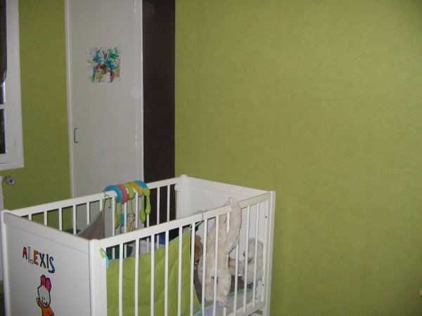le mur vert anis avec des bandes de chocolat
