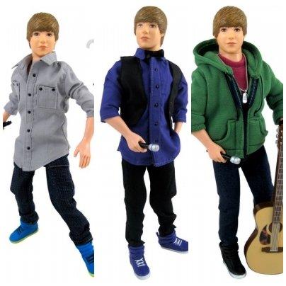 La première collection de poupées « Justin Bieber » ayant fait fureur auprés des jeunes fans de Biebs, une nouvelle collection a été créee, avec cette fois-ci de réels cheveux, à la place de ceux en plastiques sur les précedent models. Personnellement,je trouve que ces poupées ne ressemblent pas trop à Justin..
