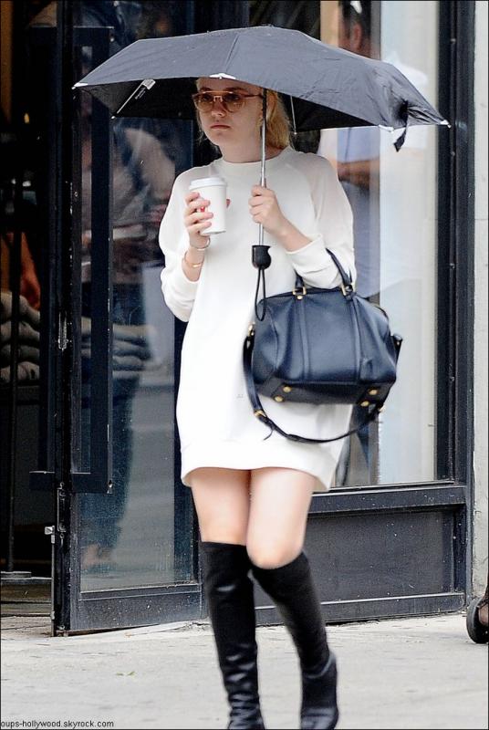 : Dakota Fanning et ses lunettes de soleil. C'est sur ça va la protéger de la pluie  :