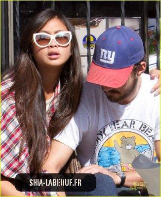 Shia et Karoly déjeunent au Cheebo's Restaurant