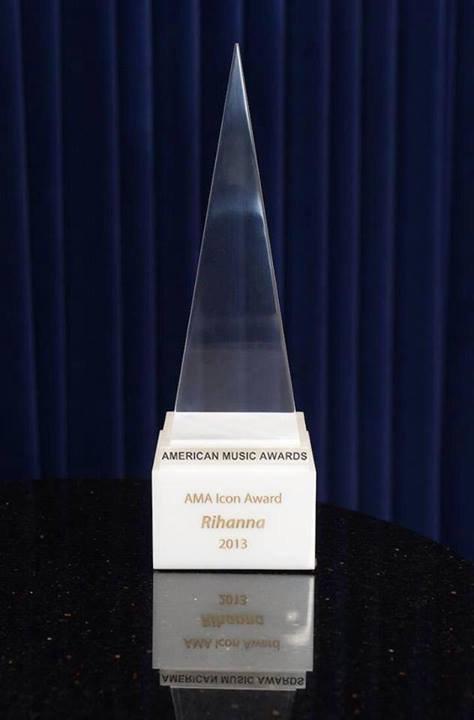 Rihanna qui reçoit le titre d'icône de l'année 2013 au AMA