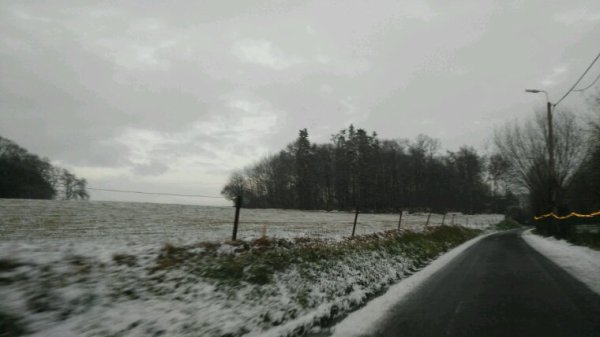 Dans petit village la niege est venu la nuit beaux mai danger sur la route