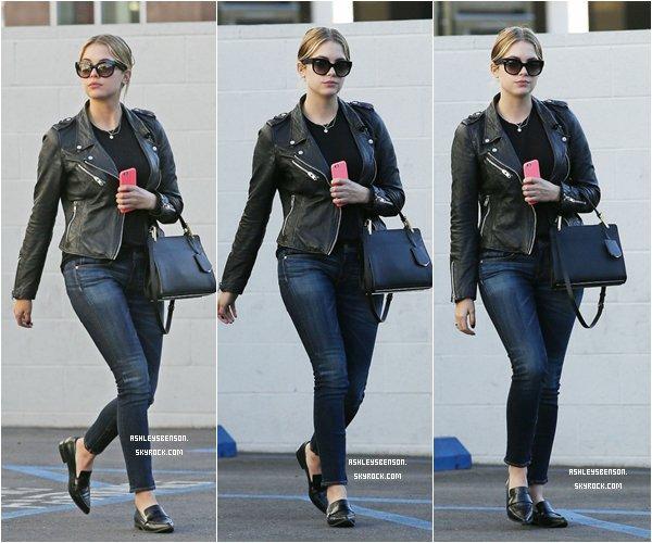 *ashleysbenson* 06/01/15 - Notre Ashley a été déjeuner accompagnée d'une amie à Hollywood .  J'aime bien comment elle est habillé, surtout son sac et ses chaussures. Et vous, qu'en pensez-vous?