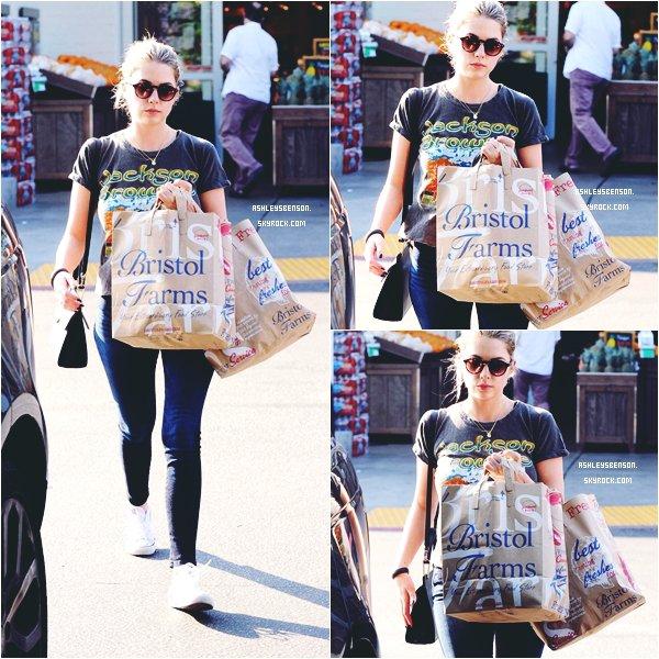 """*ashleysbenson* 08/01/15 - Notre Ashley a dévalisée le magasin """"Bristol Farms"""" à Beverly Hills .  J'adore son haut et son jean, les converse restent basique, mais jolies. Et vous, qu'en pensez-vous?"""