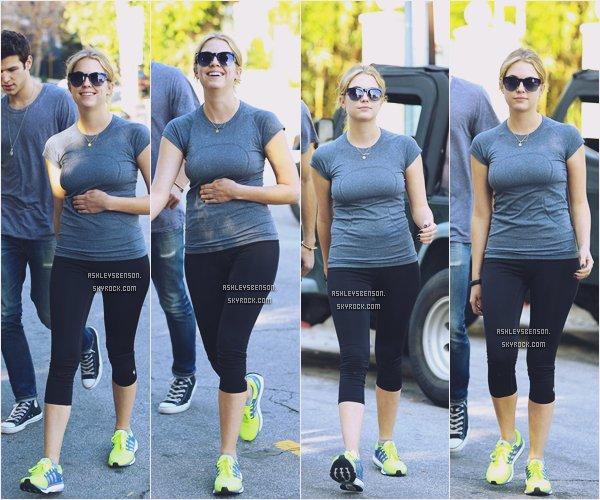 *ashleysbenson* 13/01/15 - Ashley Benson, toute souriante, se rendait à la gym à Los Angeles en Californie .  Elle est très souriante, ça fait vraiment plaisir de la voire comme ça ! Elle est habillé en tenue de sport, basique.
