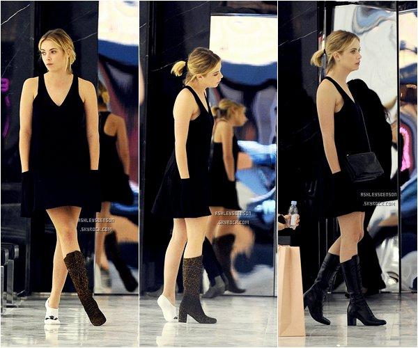*ashleysbenson* 12/02/15 - Ashley se promenait dans les rues de Beverly Hills et est allée essayer des bottes.  J'aime bof sa tenue, et je n'aime vraiment pas les bottes qu'elle est en train d'éssayer.