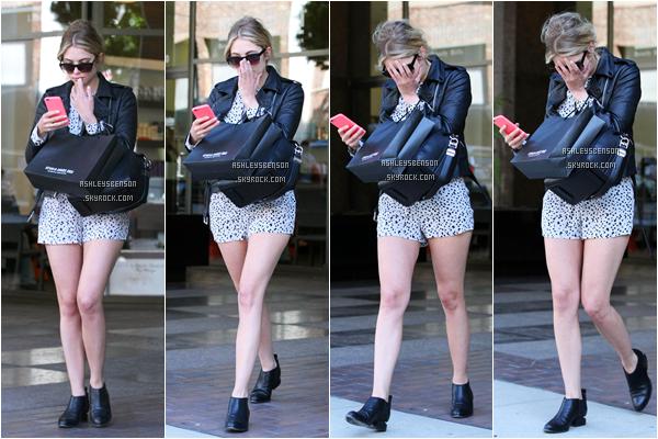 Le 17 avril, Ashley Benson sortait de chez le dentiste à Beverly Hills. J'aime sa combinaison short, ça lui va bien avec son petit blouson cuir, un top.