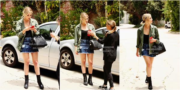 Le 24 juin, notre jolie petite menteuse se baladait dans les rues de Beverly Hills. J'adore sa tenue, pour une fois sa change, déjà qu'elle ne sort pas beaucoup .. Sa veste kaki, ses bottines et son sac, une perfection, je suis fan!