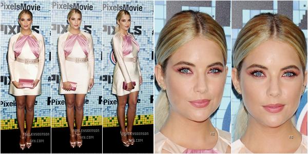 """Le 18 juillet, Ash B était à la première du film """"Pixels"""" à New York City. Sa robe est absolument horrible, je n'aime pas du tout, pourtant pour une fois elle n'était pas tout en noir.. Son maquillage est au contraire jolie et lui va bien, tout comme sa coiffure."""