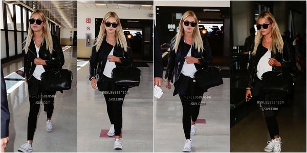 Le 22 juillet, Ashley Benson était à l'aéroport de LAX à Los Angeles afin de se rendre à New York City. J'aime bien sa tenue, simple, efficace, pour son sac ainsi que ses lunettes de soleil, je suis faaaaan.
