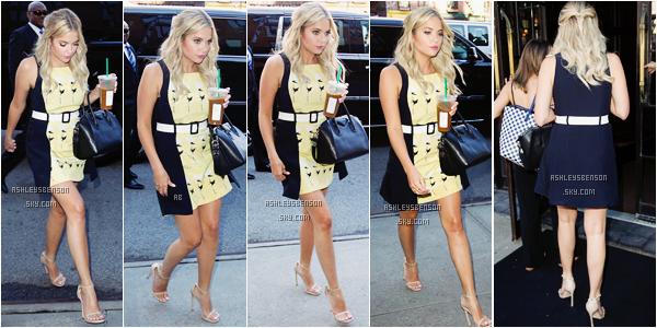 Le 23 juillet, Ashley arrivait à son hôtel à New York après s'être rendue au show télévisé de Kelly & Michael. Enfin une tenue bien, sa robe jaune est jolie, et ça donne une touche de couleur. Ses chaussures sont juste parfaite, comme sa coiffure et son maquillage.