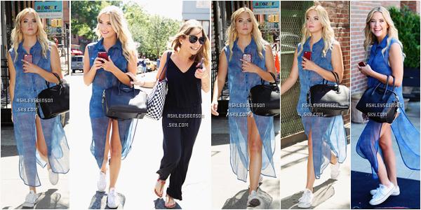 Le 23 juillet, Ashley se promenait dans les rues de Soho à New York. Sa tenue est spéciale, elle est basique, converse, short, etc mais alors sa chemise bleu hyper long je n'aime vraiment pas du tout, je lui donne un petit bof.