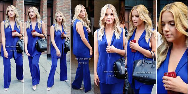 Le 23 juillet, notre petite menteuse préféré, sortait de son hôtel à New York City. Sa tenue est inhabituelle mais jolie, le bleu lui va à ravir je trouve, elle est sexy avec ce blazer décolleté, je suis toujours autant fan de son sac.