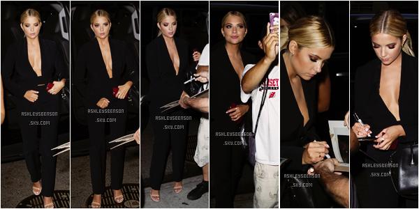 """Toujours et enfin le 23 juillet, Ashley arrivait à son hôtel après avoir participé au show télévisé """"Late Night With Seth Meyers"""" encore à NYC. J'adore, je suis fan, j'adhère totalement à sa tenue, total look in black, parfaite, pareil pour sa coiffure."""