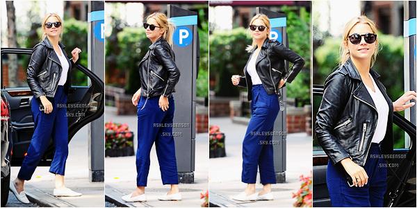 Le 25 juillet, Ashley se promenait dans les rues de New York. Sa tenue est parfaite, j'adore, c'est en harmonie, ses lunettes de soleil sont trop belle, mise à part ses petit mocassins blanc qui sont un peu bizarre, j'adore tout.