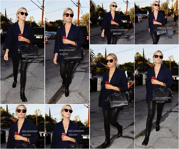 Le 29 juillet, Ashley, n'arrêtant plus de sortir, a été vue à Terrine dans Los Angeles. J'adore sa tenue, elle lui va super bien, j'adore son kimono bleu foncé avec son pantalon en cuir noir, un très beau topn par contre elle ne sourit pas beaucoup.
