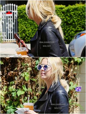 Le 20 août, Miss Benson était de sortie dans Beverly Hills boisson et téléphone à la main. J'aime sa tenue, elle lui va bien, j'adore son perfecto, les bottines font bizarre je trouve, mais dans l'ensemble un très beau top pour la belle.
