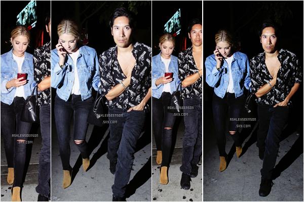 Le 27 août, Ash sortait d'OAK nightclub avec un ami à elle dans Los Angeles. Toujours avec son téléphone, la belle portait une tenue superbe, je lui accord un beau top, j'adore son jean, sa veste, ses chaussures, tout!