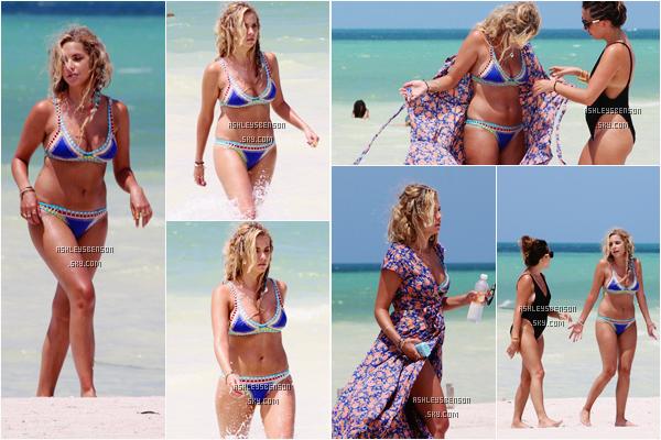 Le 04 Septembre, Ashley Benson était sur une plage de Mexico au Mexique avec des amies à elle. Je trouve son maillot de bain jolie, mais avec ses trucs bizarres dans les cheveux ça fait un peu babacool je trouve.