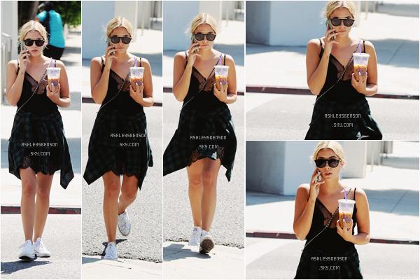 Le 23 Septembre, Ashley est allée se chercher une boisson au Grabs Coffee Bean dans Beverly Hills. J'adore sa tenue, elle est belle avec sa chemise et sa petite robe noire, même si justement c'est une tenue sombre.