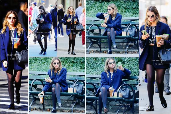 Le 11 Octobre, notre Californienne préféré se baladait seule dans les rues de New York boisson en main, et est aller sur un banc. Je suis complètement fan de sa tenue, je lui donne un très beau top, son petit haut et sa jupe avec le blazer, parfait.