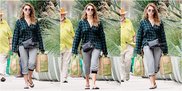 Le 15 Octobre, Ashley sortait encore une fois du NightsClub dans Hollywood, entourée que de garçons.. J'aime beaucoup beaucoup sa tenue, le petit top et son blouson en cuir, parfait, je lui accord un beau top mis à part pour ses bottines léopard.