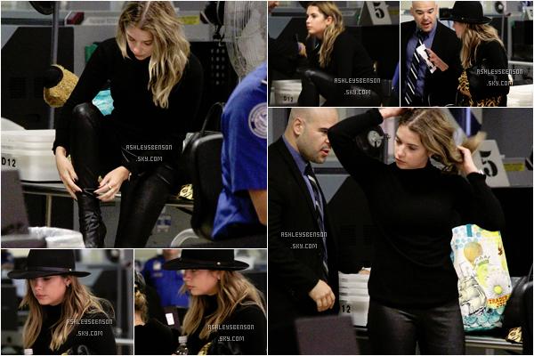 Le 27 Octobre, Ashley rentrée de Milan en Italie et était donc à l'aéroport de LAX à Los Angeles. Sa tenue est la même que pour son départ donc je n'ai pas grand chose à dire mis à part qu'elle a l'air très fatiguée de son voyage.