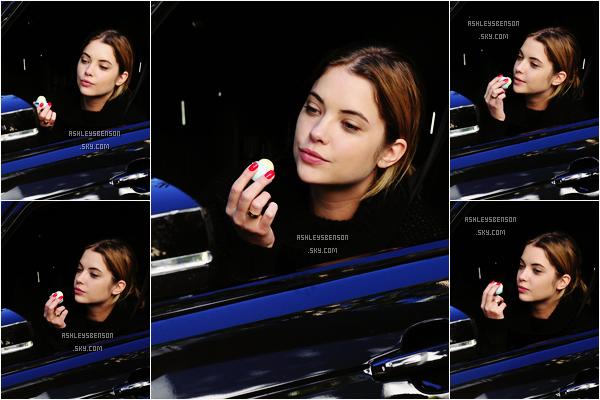 Le 13 Novembre, Miss Benson était dans sa voiture et se mettait du baume dans Los Angeles. Je n'ai rien à dire sur sa tenue, vue qu'on ne la voit pas, elle est toute jolie au naturel, ça lui va super bien!