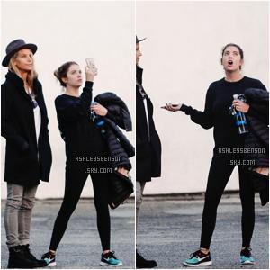 Le 05 Janvier 2016,Ashley Benson était de sortit dans West Hollywood accompagnée d'une amie à elle. La tenue n'est pas extraordinaire, c'est très bof même, je n'aime pas du tout. Mis à part c'est Nike, elle sont superbe, j'adore!