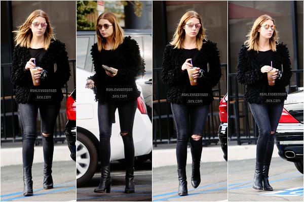 Le 14 Janvier, Ashley Benson ce promenait dans Los Angeles. Sa tenues est toue jolies, j'aime beaucoup l'ensemble. Son jean est parfait et je suis littéralement fan de ses lunettes de soleil.