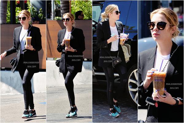 Le 23 Mars, Ash Benson était au Coffee Bean dans Los Angeles. J'adoooore sa tenue, ses baskets sont super jolies avec sa veste blaser j'aime beaucoup, je lui accorde un petit (je dis bien petit) top.