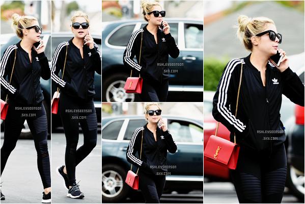 Le 6 Mai, Ashley Benson était de sortit dans Los Angeles, rien exceptionnel. Malgré sa tenue sportive, j'adore! Je suis toujours autant fan de son petit sac Yves St Laurent, elle est super jolie en plus je trouve! Un petit top je dirais.