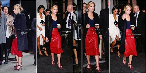 Le 07 Avril, Ashley Benson s'est rendue au ABC Freeform Upfront avec ses co-stars de PLL à New York City. Découvrez les photos d'elle, plus bas, quittant son hôtel café à la main, plus arrivant à la soirée. J'adore sa tenue, un très beau top!