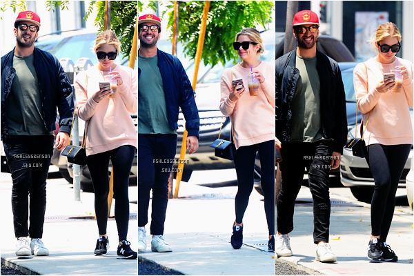 Le 13 Mai, Ash a été vue accompagnée d'un ami, sortant du café Zinque dans Los Angeles. J'adore ses newbalance avec son petit pull et son sac Yves St Laurent, qui est noi, pour changer du rouge. Beau top pour moi, malgré une tenue sportive.