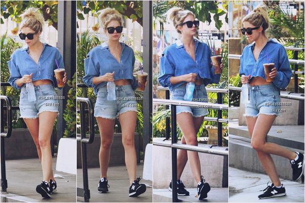 Le 1er Juillet, la belle Ashley était de sortit dans les rues de Los Angeles, boisson en main. J'adoooore sa tenue même si elle est plutôt basique, j'aime beaucoup ses baskets, j'ai les mêmes mouhaha.