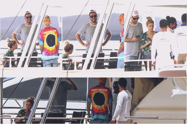 04/07/16 : Ash, toujours avec son chéri Ryan Good et Justin Bieber étaient sur un yatch puis la belle était seule, Miami. J'aime beaucoup sa petite veste, elle est super jolie, par contre j'ai un petit hic envers ses claquettes mais ça reste un petit top.