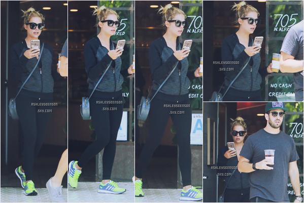 13/07/16 : Ashley, absorbée par son téléphone, a été se chercher un café avec son ami Izak Rappaport, Los Angeles. C'est dans un tenue sportive, encore une fois, que la belle a été photographiée, j'aime vraiment bof bof.