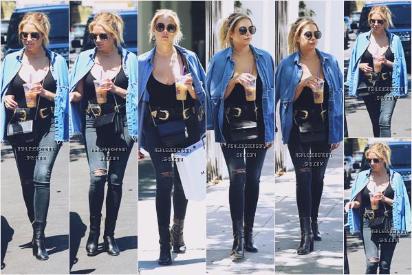 19/07/16 : Ashley B, boisson e main, a été faire un peu de shopping accompagnée d'un ami, West Hollywood. Malgré un look encore très noir, un gros gros top pour la belle ash, sa ceinture est superbe ça lui va tellement bien, magnifique !!
