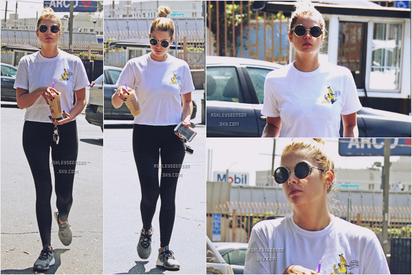 18/08/16 : La belle Ashley se promenait seule dans les rue, boisson et téléphone en main, West Hollywood. Elle arbore une tenue plutôt sportive, comme dans pratiquement tous ses candid de jour, malheureusement, petit top.