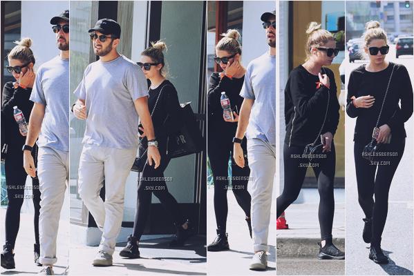 30/08/16 : Ashley Benson a été aperçue en trin de faire du shopping avec son ami Izak Rappaport, West Hollywood. Sa tenue est toute pourrit, encore une fois elle se met en tenue de sport pour sortir, Ashley fait nous une belle sortie, stpp!