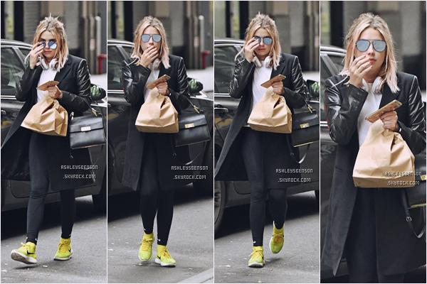 27/01/17 : Mlle Benson a été se baladait et chercher à manger, seule, New York City. Heureusement, le flop de la veille n'a pas duré, je n'ai rien de particulier à dire sur la tenue, ce n'est pas un top non plus.