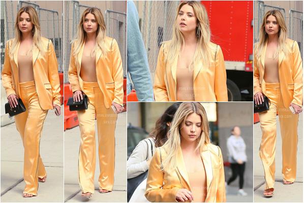 17/04/17 : Ash a été vue dans les rues de New York, entre deux émissions pour la promo de PLL, (NY). Elle a assister à une conférence de presse pour Teen Vogue, puis était dans les locaux de FB. Belle tenue, enfin de la couleur.
