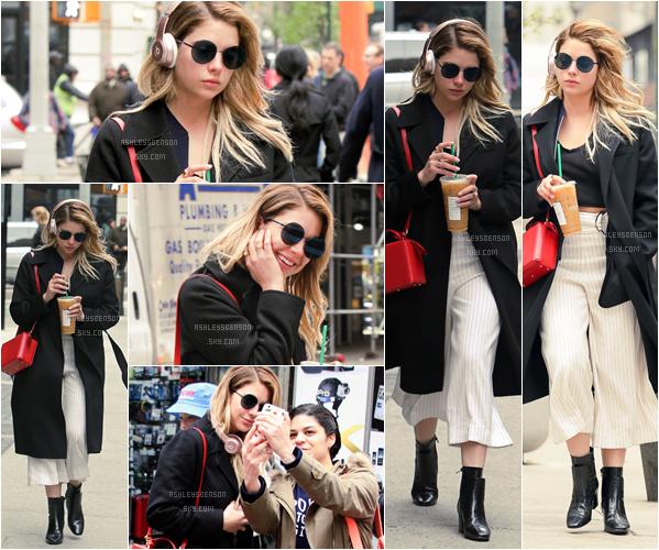 19/04/17 : Une petite pause pour Ashley, qui s'est faite photographiée sortant d'un Starbucks, New York. J'aime bien le contraste rouge, noir, et blanc, mais la tenue dans l'ensemble n'est pas extra et j'aime pas du tout le pantalon, bof.