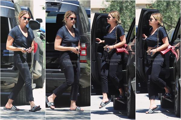 02/05/17 : Ashley, toute en noir, se baladait dans les rues de Beverly Hills, toute seule (LA). J'aime bien la tenue, mis à part qu'on dirait qu'elle n'a pas soutien-gorge, ses lunettes de soleil sont superbe.