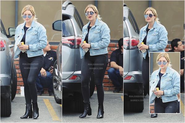 07/05/17 : Ashley Benson, était dans les rues de Santa Barbara,accompagnée d'un ami (CA). J'aime beaucoup sa tenue malgré qu'elle soit encore une fois toute en noir, la veste en jean et les bottines sont superbes, top.
