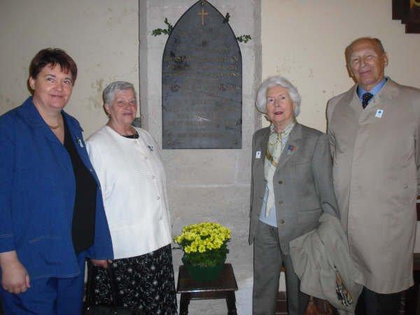8 mai 2009: Mmes Gwénola GUISET et Josette KERAUTRET, représentant le Souvenir Français avec Mme la Comtesse Ghislaine de POIX  accompagnée de son frère, M. François DE SUAREZ D'AULAN.