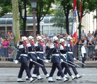Le drapeau de l'Ecole Nationale Supérieure des Officiers de Sapeurs-Pompiers (ENSOSP) avec sa garde.