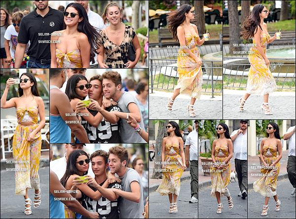. 18/07/14 : Notre belle Selena a été vue flânant dans les rues d'Italie et posant avec quelques fans..