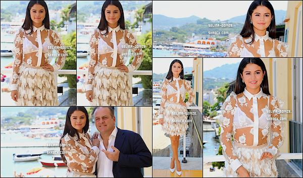 . 19/07/14 : Très active durant le festival d'Ischia, Selena s'est rendue à une conférence de presse.