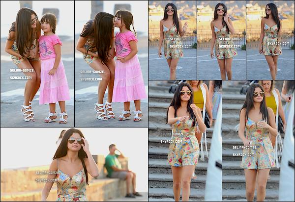 . 19/07/2014 : Dans la journée, Selena a été aperçue par les pap's alors qu'elle traînait sur l'île Ischia..